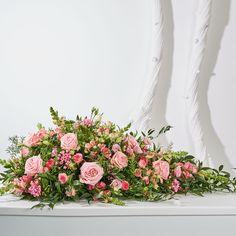 Biedermeier/Druppel Roze. Rouwstukken, rouwboeketten en troostboeketten worden over het algemeen gestuurd door mensen, die niet tot de directe familie behoren. Door bloemen te sturen betuigt u op een gepaste manier uw medeleven aan de overledene of directe familie. Gemaakt door Afscheid met Bloemen.