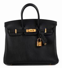Ca. 20 x 25 x 13 cm. Elegante, kleine, schwarze Swift Lederhandtasche mit goldfarbenen Beschlägen. Lederinnenraum mit einem Reißverschluss- und einem...