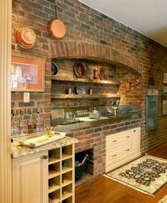 Un mur en brique avec des  étagères de rangement dans une cuisine commode