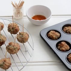 Thai Chicken Balls These are one of the easiest starters to make. These chicken balls are baked so they are much kinder to your heart and your waist line. Easy Dinner Recipes, Appetizer Recipes, Easy Meals, Dinner Ideas, Work Meals, Lunch Ideas, Easy Recipes, Ways To Cook Chicken, Chicken Recipes