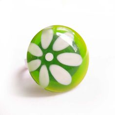Green and white flower daisy ring - hand painted glass - sur Etsy, $25.00 CAD  handmade #jewelry #ring #minimalist #geometric #abstract #modern #green #etsy #azurine  #flower