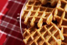 Splijt een vanillestokje en schraap het merg er uit. Voeg bij de boter. Roer de malse boter tot  crème. Voeg de suiker en de honing toe en roer goed. Voeg éé