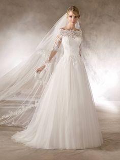 HALOKE ist ein Brautkleid im Prinzessin-Stil mit Tüllrock und Oberteil aus Spitze mit Schmucksteinbesatz und bezauberndem Carmen-Ausschnitt