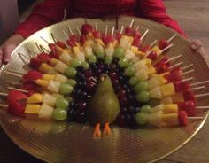 Traktatie Pauw Fruit Kebabs, Fruit Animals, Food Platters, Snacks Für Party, Charcuterie Board, Baby First Birthday, Animal Party, Fruit Trees, Healthy Treats