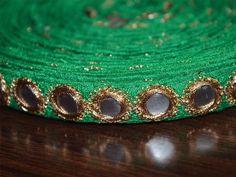 Verdes tradicionales del ajuste de la frontera del cordón Espejo Lentejuelas Trabajo para la frontera Seda Sari. Trim es aproximadamente 0.5 pulgadas de ancho. Este encaje impresionante se puede...
