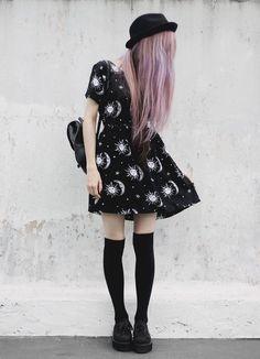 ici, la fille porte une robe noire et blanche, chausettes longs, et un chapeau noir. j'adore sa robe, la lune et les etoiles sont tres jolies. je porte ces robe a l'ecole ou a le centre commercial avec ma copine. je trouve les chausettes tres interresant, elles sont bonnes.
