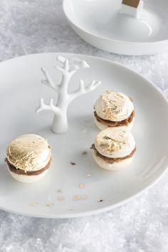 Backbube: Vergoldete Macarons mit Spekulatius-Creme  http://www.backbube.com/2014/11/17/x-mas-with-raeder-eine-goldige-woche-erwartet-euch-los-gehts-mit-macarons-mit-spekulatius-creme-und-blattgold/