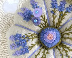 Cover a Button Without a Kit...Free tutorial for covering your buttons by hand.She uses hers for making pincushions!!
