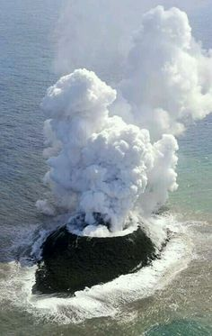 reports volcano raises island in seas far south of Tokyo New island off Japan. Japan reports volcano raises island in seas far south of TokyoNew island off Japan. Japan reports volcano raises island in seas far south of Tokyo All Nature, Science And Nature, Amazing Nature, Natural Phenomena, Natural Disasters, What A Wonderful World, Beautiful World, Beautiful Places, Volcan Eruption