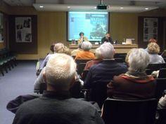 En El Corte Inglés de Zaragoza, el miércoles 21 de noviembre. Ahí aprovechamos los medios de proyección para mostrar en pantalla las novedades incorporadas al libro mediante los códigos QR. En la foto, con el escritor Juan Bolea.