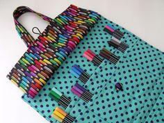 Bolsa organizadora para livro antiestresse e acessórios para colorir. <br> <br>Seu passatempo te acompanha a qualquer lugar! <br>Fazendo da arte sua terapia! <br> <br>Capa feita com tecido de algodão, manta acrílica e botões forrados. <br>Possui 2 alças, 8 divisórias p/ lápis ou canetinhas e um bolso transparente c/ zíper p/ demais acessórios. <br> <br>Medidas aproximadas: 34 x 30 cm (fechada) + alças <br> <br>Pronta entrega. <br> <br>Livros, canetinhas, lápis e régua da foto não acompanham…