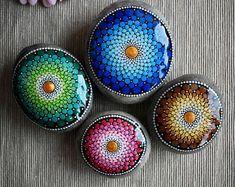Dot Art Painting, Rock Painting Designs, Stone Painting, Mandala Art, Mandala Painting, Meditation Stones, White Acrylic Paint, Stone Art, Floral Motif