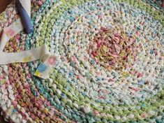 DIY Rag Rug with Old Sheets or T-Shirts - good video tutorial and no sewing! Fideo da a dim gwnio!