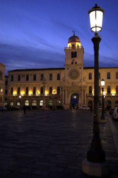 Padova, una suggestiva veduta notturna da Piazza dei Signori verso il Palazzo del Capitanio