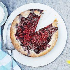 Fikagäster på ingång? Satsa på en somrig kaka som är både mjuk, seg, knaprig och saftig. Och inte minst superlätt att baka. Bara rör ihop smeten, häll i en form, grädda och bjud! Toppa kakan med de bär du gillar bäst – de flesta passar utmärkt till chokladen inuti.