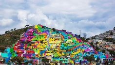 The government of Mexico collaborates with local street artists, Germen Crew, to complete this amazing urban renewal project. 209 homes were painted in Pachuca, Mexico to complete the square meter mural. Banksy, Mural Painting, House Painting, Graffiti Kunst, Graffiti Artists, Painted Hills, Large Scale Art, Rainbow Painting, Best Street Art