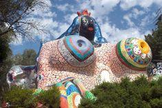 """Niki de Saint Phalle wäre 84: Eine ihrer zahlreichen """"Nanas"""", """"Die Kaiserin"""", die im Giardino dei Tarocchi (Garten des Tarot) in Garavicchio in der Toskana zu sehen ist. (Bild aus der ORF-Sendung Kulturmontag: 'art.film': """"The Bonnie and Clyde of Art"""") (Bild: ORF)"""