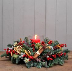 National Elf This classic seasonal arrangement of noble fir, berried holly, orange slices, cinnamon and brunia makes a traditional centrepiece for y Christmas Candle Decorations, Christmas Flower Arrangements, Christmas Flowers, Christmas Table Settings, Diy Christmas Tree, Rustic Christmas, Christmas Wreaths, Floral Arrangements, Navidad Natural