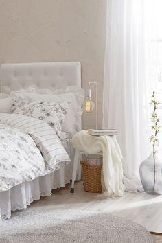 lamppu,makuuhuone,valaisin,matto,pöytälamppu