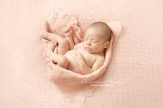 Lovée dans un bouton de rose... ♡ www.cocoonphoto.fr  Pour des portraits de naissance au naturel. Face, Images, Portraits, Photos, Mom Baby, Fine Art Photo, Birth, Artist, Photography