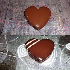 Découvrez la recette Gâteau magique abricots avec glaçage miroir chocolat noir et chocolat blanc sur cuisineactuelle.fr.