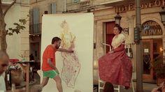 À l'été 2013, dans le cadre de la manifestation « Van Gogh Live ! », prélude à l'ouverture de la Fondation Vincent van Gogh Arles, des manifestations hors-les-murs ont été organisées dans la ville. C'est dans ce contexte, sur la place animée du Forum, que l'artiste Guillaume Bruère a exécuté en public une performance-dessin, donnant naissance au portrait d'une Arlésienne réalisé d'après le modèle, en seulement 20 minutes, et exposé ensuite à la Fondation lors de l'exposition inaugurale.  ...
