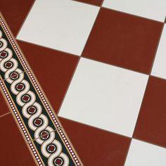 Screentryckt golvklinker i Encaustic Floor Tiles-tradition. White Hallway, Entry Hallway, House Tiles, Swedish House, Hallway Decorating, Tile Floor, Red And White, Victorian, Flooring