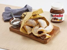 These golden Fagottini parcels with Nutella® are delicious and really easy. They are perfect as a casual but special snack with friends and family. Hazelnut Spread, Eclairs, Relleno, Food And Drink, Cheese, Snacks, Baking, Breakfast, Easy