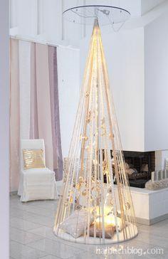 Alternative Weihnachtsbaum-Ideen I gespannte Bänder I Kugeln I Accessoires I Kissen I chic I edel