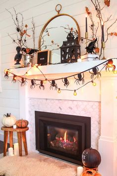 Black and White Neutral Halloween Mantel decorating ideas. See how to decorate for Halloween with this simple and elegant Black & White Neutral Halloween Mantel. Monochromatic and modern halloween decor. Spooky Halloween, Porche Halloween, Modern Halloween Decor, Halloween Fireplace, Halloween Inspo, Fete Halloween, Halloween Displays, Halloween Season, Halloween Tricks