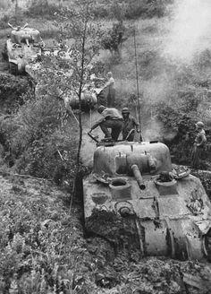 A column of American tanks M4 'Sherman' near the Italian city of Minturno (Minturno).