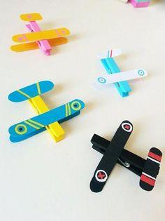 Des avions avec des pinces à linge - Kids Crafts, Toddler Crafts, Preschool Crafts, Diy And Crafts, Arts And Crafts, Toddler Toys, Popsicle Stick Crafts, Craft Stick Crafts, Educational Toys For Toddlers