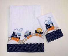 Jogo de babitas bordadas com barrado de tecido estampado e delicado acabamento em sianinha.    Tamanho: Babita - 32 x 32 cm; Fralda - 67 x 67 cm    Tecido: Fralda Cremer Luxo - 100% algodão