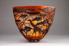 Artista queniano entalha esculturas complexas de paisagens africanas em vasos de madeira