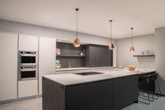 Eigentijdse keukens - Keukencenter Geusens  Hedendaagse contrasten in kleur en textuur  Deze open ruimte vraagt een efficiënte, doordachte invulling.  De luchtige omkadering van de kolomkastenwand benadrukt de lengte op een speelse manier.  De combinatie van de open nis en de schuifdeurenkast garandeert de nodige functionaliteit.   De hedendaagse technologie laat ons toe om de kookplaat en dampkap te integreren als één element.