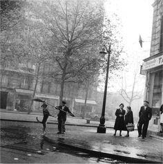 """Robert Doisneau (1912-1994) nous quittait il y a 21 ans. Voici son """"Chien du tabac"""", Paris 14ème, 1953."""