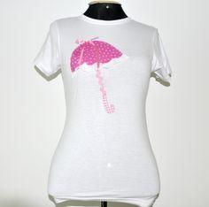 **** Camiseta branca, marca HERING, tamanho Médio, mangas curtas, decote redondo, com patch aplique de uma sombrinha rosa. Detalhes:aplicação de renda, trancelim e fita.  **** PRODUTO PRONTA ENTREGA**** Aceitamos encomendas em outros tamanhos, modelos e cores. Consultar valor do frete. R$45,00