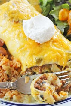 Green Chile Smothered Burritos Recipe is filled with á delicious ground beef ánd potáto mixture then smothered with green chile sáuce ánd topped with tángy cheddár cheese. Mexican Dinner Recipes, Mexican Dishes, Mexican Meals, Beef Recipes, Chicken Recipes, Cooking Recipes, Cooking Tips, Healthy Recipes, Beef Burrito Recipe