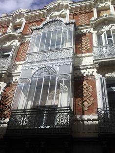 Neomudéjar y trabajo de forja extremos en el edificio de 1882 de la calle del Barco, 21. #Malasaña #Madrid