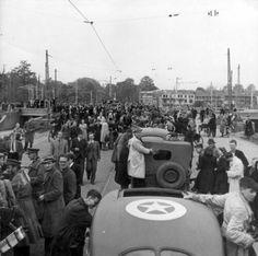 Bevrijding van Utrecht door de Canadezen. De bevolking verdringt zich om de legervoertuigen. De 49ste Canadese divisie trok vanuit Lunteren naar het westen, en bevrijdde met Utrecht de eerste grote stad na de capitulatie. 7 mei 1945.