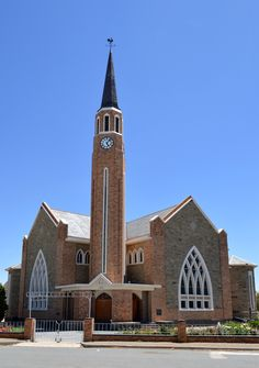 Igreja Reformada Holandesa (NGK) em Carnarvon, província de Cabo do Norte, África do Sul.  Fotografia: Morné van Rooyen. Cathedral Church, Church Building, Brick And Stone, Old Buildings, Beautiful Space, Worship, South Africa, Landscape Photography, Mosques