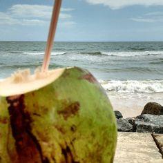 Água  Em todo lugar  Em mim  E lá - A água de coco e a água do mar  #boaviagem #mar #recife #praia #coco #aguadecoco #beach #ocean #waves #ondas #pernambuco #brasil #brazil #nordeste #praiasdonordeste #ne #pe #nofilter #morning #dianublado #vidaboa #praiera #areia #sand #coconut