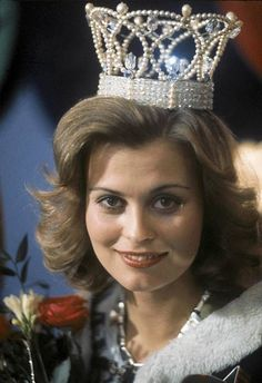 Miss Universe 1975 Anne Marie Pohtamo Finland San Salvador, Vintage Beauty, Vintage Fashion, Pageant Crowns, Beyond Beauty, Miss World, Beautiful Inside And Out, Beauty Pageant, Beauty Queens