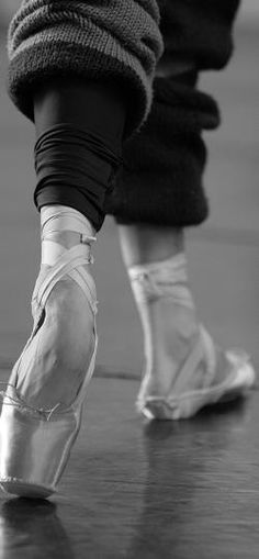 Ballerina and Her Ballet Pointe Shoes. Dancers Feet, Ballet Feet, Ballet Dancers, Ballet Barre, Ballet Photos, Dance Photos, Dance Pictures, Shall We Dance, Lets Dance