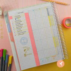 Utilize o My Planner para organizar as matérias da escola, em forma de legenda, na página Habit tracker. Divida as semanas de estudo e os turnos. Fica super fácil estudar assim! Whasi tapes decoram lindamente seu Habit tracker, além de ajudar a fazer um ícone para sua página. Sim, é super fácil!!! Faça um círculo com lápis, depois com alguns traços, desenhe um livro aberto (ou outro material escolar), contorne de caneta e depois pinte, formando um ícone.