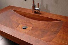 een wasbak van hout voor in de badkamer, dit zie je niet vaak meestal zijn ze van aardewerk, en omdat je het niet vaak ziet vind ik het juist mooi, en het wat straalt romantisch uit