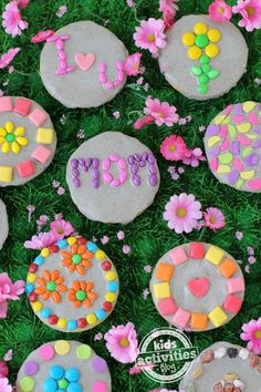 Grab the kids, some cookies, frosting, and candy, and let them get creative making sweet Garden Stone Cookies to celebrate Mother's Day! This post contains affiliate links. If you've been planting seeds with your kiddos Mothers Day Crafts, Mother Day Gifts, Fathers Day, Craft Projects, Crafts For Kids, Craft Ideas, Daycare Crafts, Kids Diy, Fun Ideas