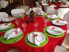 Decoração de Natal com mesas na varanda.
