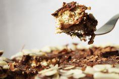 Tort Crocant cu Migdale si Crema de Ciocolata (fara zahar,continut ridicat de proteine , 100% sanatos) Sweets, Desserts, Recipes, Food, Tailgate Desserts, Deserts, Gummi Candy, Candy, Recipies