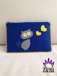 Kedili Keçe El Çantası Zet.com'da 40 TL Felt Pouch, Felt Purse, Felt Crafts, Diy And Crafts, Diy Coin Purse, Flower Bag, Felt Embroidery, Felt Fabric, Felt Art